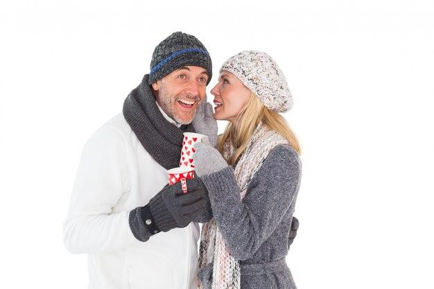 冬のファッションのマグカップで幸せなカップル