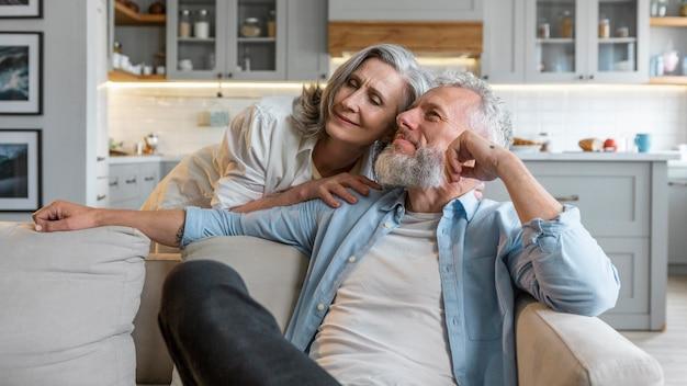 Счастливая пара в помещении средний план