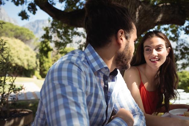 幸せなカップルが互いに対話