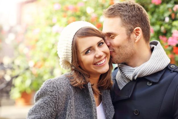 Счастливая пара целуется в городе