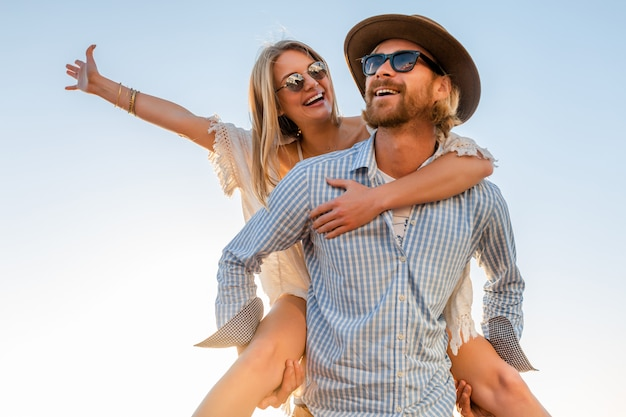サングラスをかけて海、男と女で夏の旅行を笑って幸せなカップル