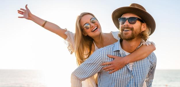 Счастливая пара смеется, путешествуя летом по морю, мужчина и женщина в солнцезащитных очках