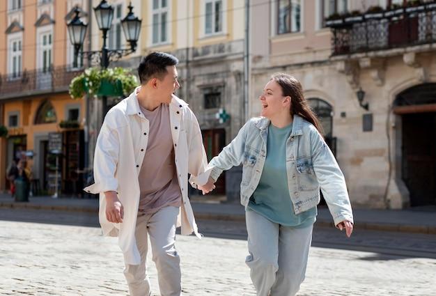 屋外で幸せなカップルのライフスタイル