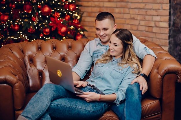 크리스마스 훈장에 노트북 모니터를보고 행복 한 커플