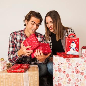 선물 상자를 찾고 행복 한 커플