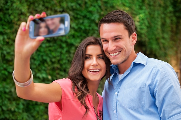 Счастливая пара фотографирует себя