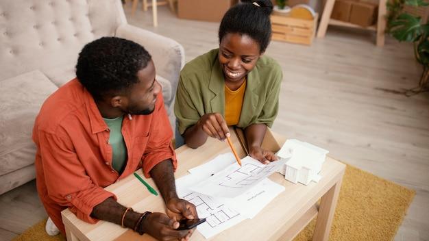가정을 재 장식 할 계획을 만드는 행복 한 커플