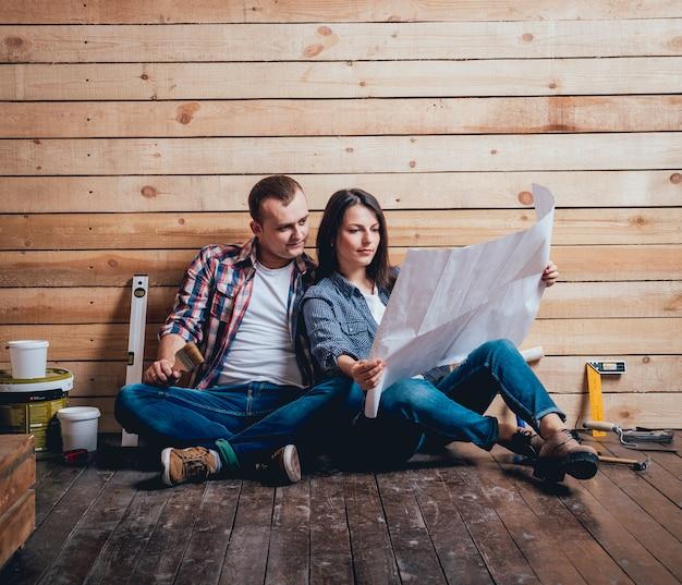 Счастливая пара делает ремонт в их доме.
