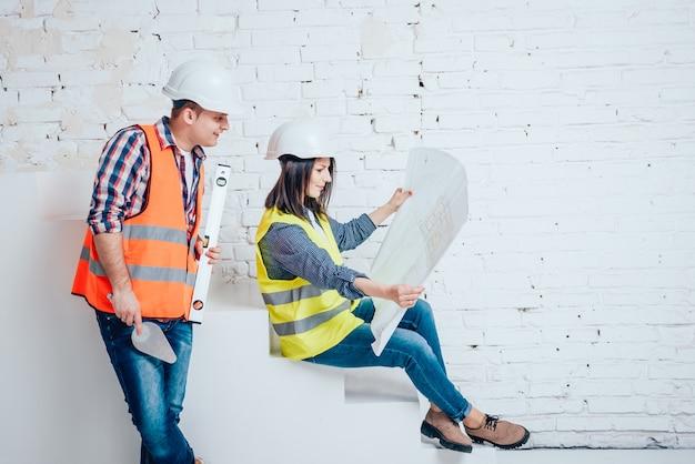 幸せなカップルが彼らの家を修理します。