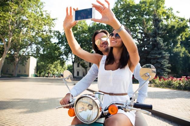 スマートフォンで自分撮り写真を作る幸せなカップル