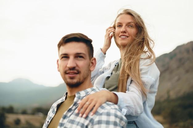 山の幸せなカップルの男性と女性の観光客、クローズアップ