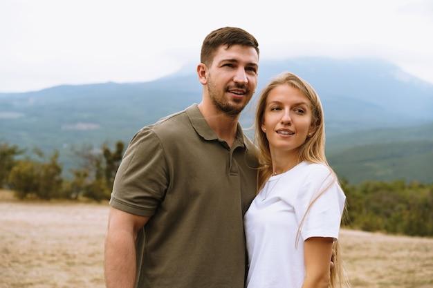 Счастливая пара мужчина и женщина туристов в горах, крупным планом
