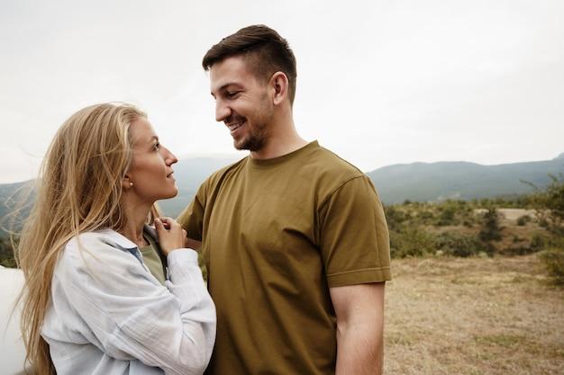 Счастливая пара мужчина и женщина туристов в горах