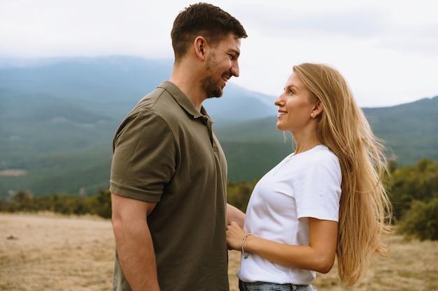 山の幸せなカップルの男性と女性の観光客