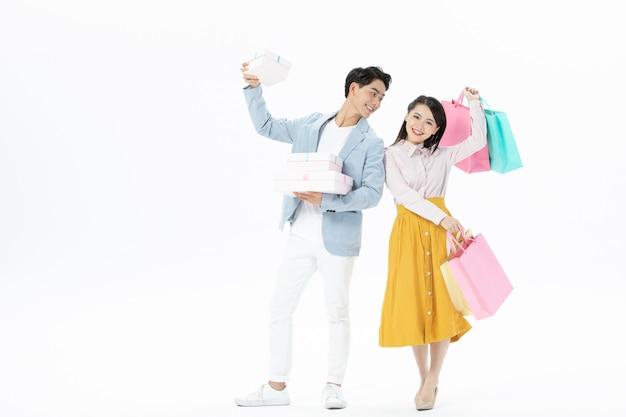 Счастливая пара мужчина и женщина с сумками