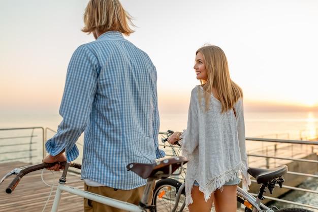 自転車で夏に旅行する友人の幸せなカップル