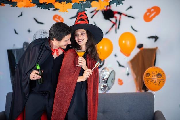 ハロウィーンのお祝いに衣装とメイクで愛の幸せなカップル