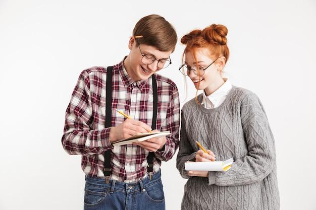 メモ帳でメモを作っている学校のオタクの幸せなカップル