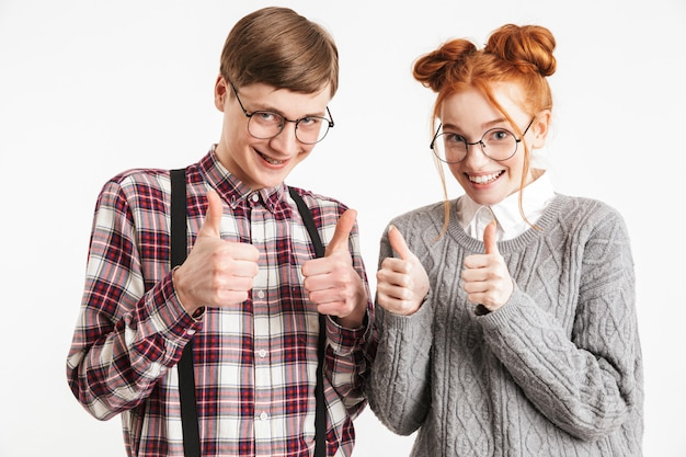 親指を現して学校のオタクの幸せなカップル