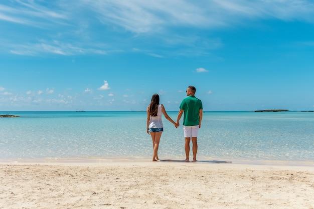熱帯のビーチで幸せなカップル