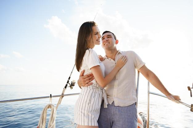 낭만적인 휴가에 여름에 요트에 행복 한 커플