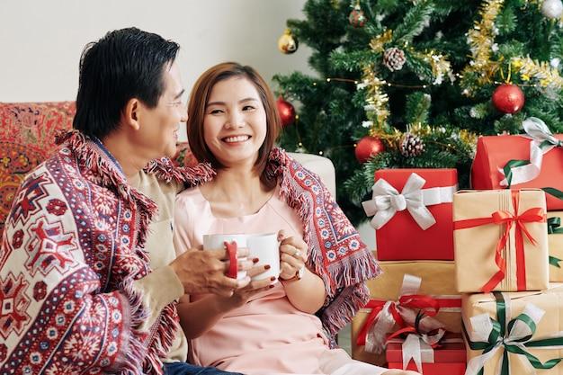 Счастливая пара в рождественское утро
