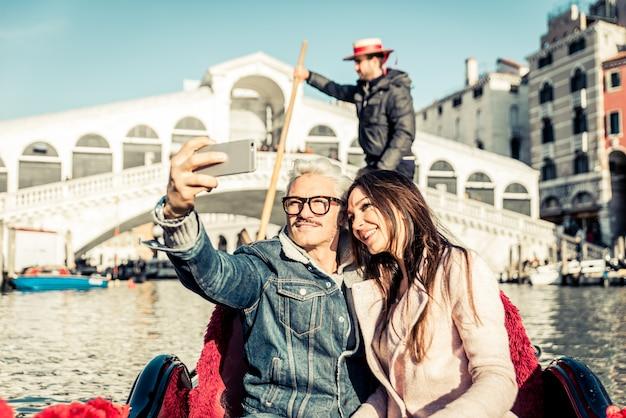 베네치아에서 낭만적 인 휴가에 행복 한 커플