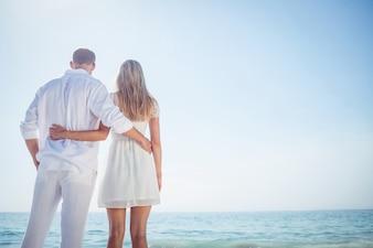 晴れた日にビーチで幸せなカップル