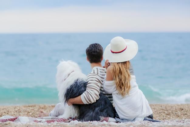 Счастливая пара на пляже. вид на море с желтым буром