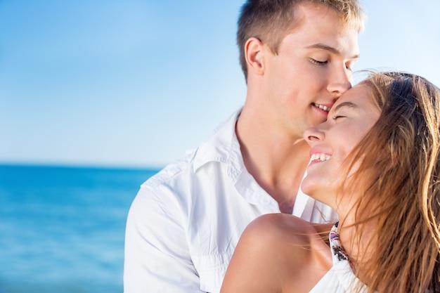 아름다운 해변에서 휴가를 보내는 행복한 커플