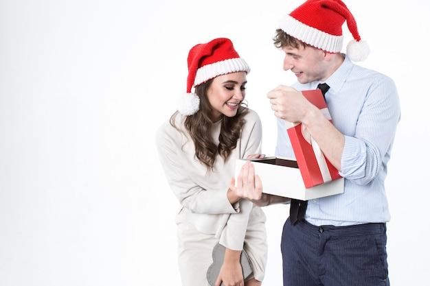 행복 한 커플 오픈 선물 상자