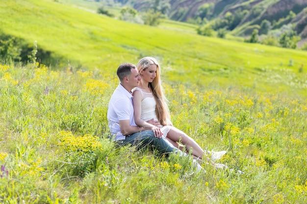 Счастливая пара на открытом воздухе. улыбаясь пара отдыха в парке.