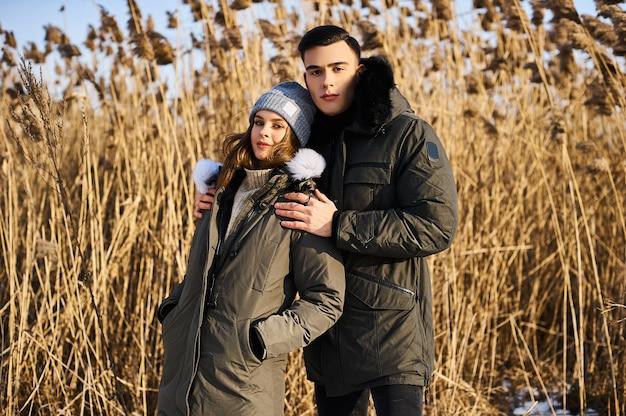 Счастливая пара на открытом воздухе зимой