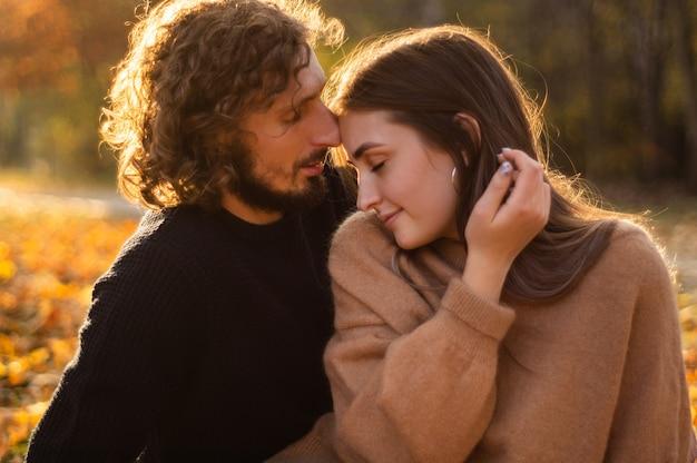 Счастливая пара на открытом воздухе. открытый портрет романтической пары в любви