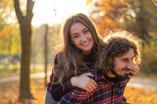 幸せなカップルの屋外。愛のロマンチックなカップルの屋外のポートレート