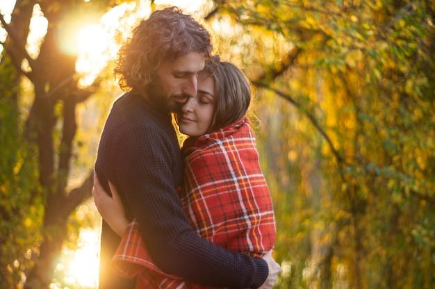 Счастливая пара на открытом воздухе