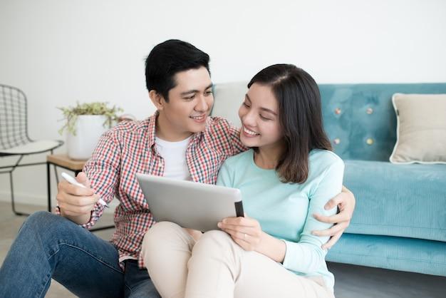새 아파트를 계획하는 행복한 커플