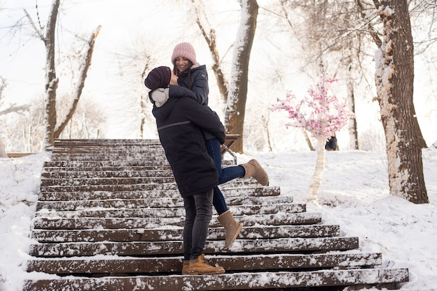 눈 공원에서 외부 겨울 휴가 휴가 동안 함께 장난 행복한 커플
