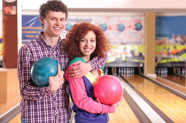 Счастливая пара, играя в боулинг