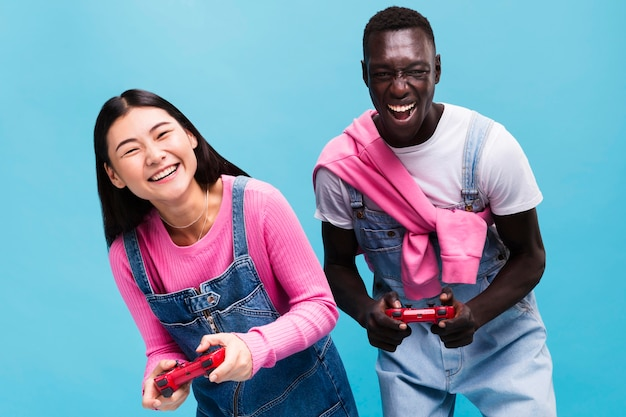 幸せなカップルがビデオゲームをプレイ