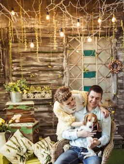 거실에서 그의 사랑하는 강아지와 함께 노는 행복한 커플