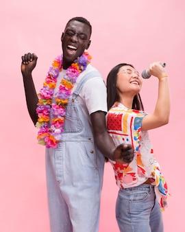 スタジオでポーズをとって幸せなカップル