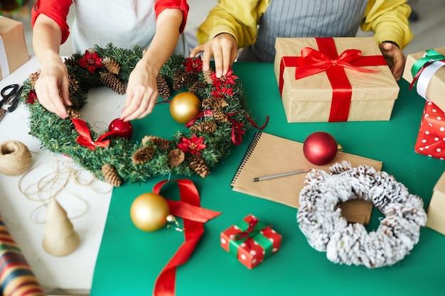 크리스마스 선물 및 화 환을 준비하는 행복 한 커플