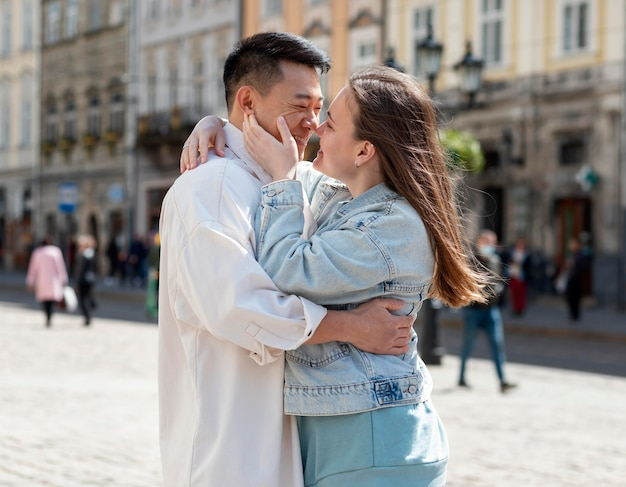 幸せなカップルは屋外でキスする準備ができています