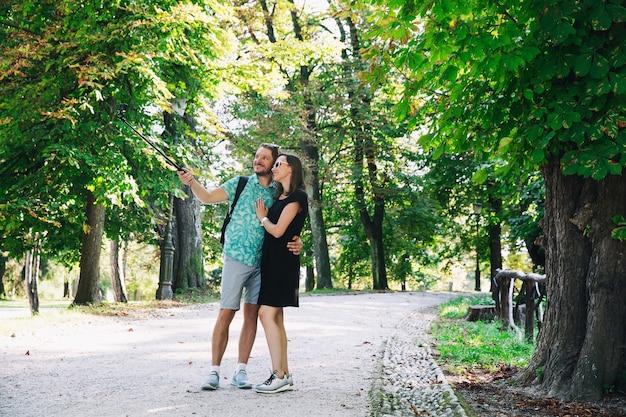 액션 카메라로 여행을 기록하는 행복한 커플