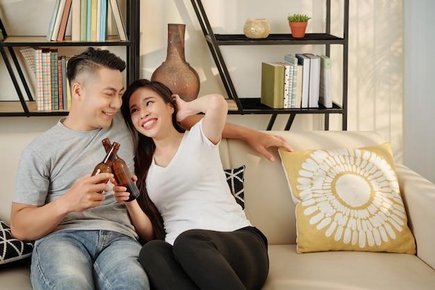 家でのんびり幸せなカップル