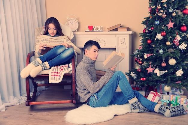 Счастливая пара, расслабляющаяся дома