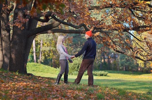 손을 잡고가 공원에서 편안한 행복 한 커플