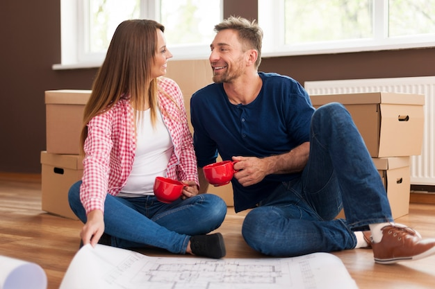 新しい家でリラックスして幸せなカップル