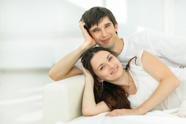 Счастливая пара, расслабляющаяся в воскресенье Premium Фотографии